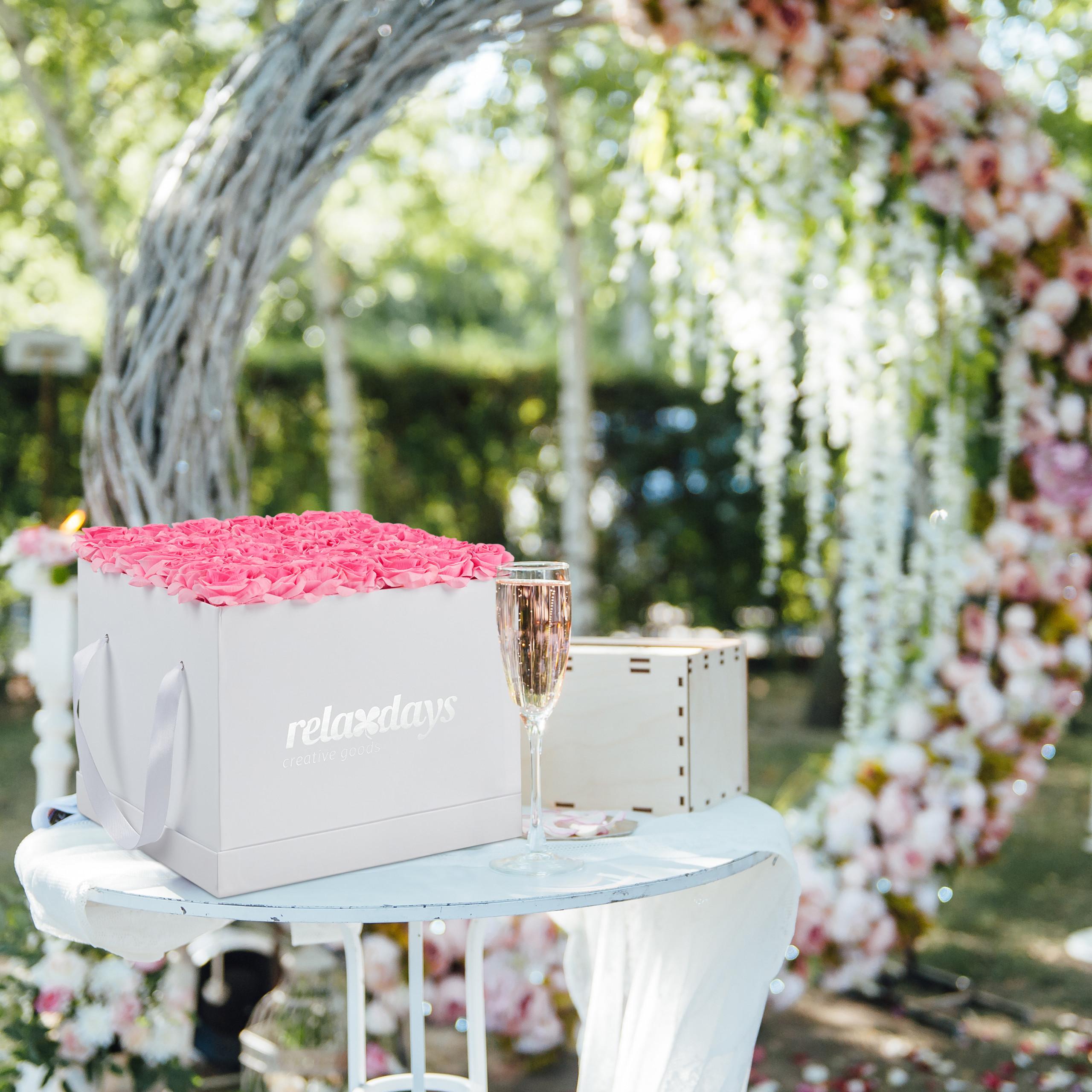 Rosenbox-Flowerbox-49-Kunstblumen-Valentinstag-Blumenbox-Deko-Ewige-Rosen-eckig Indexbild 7
